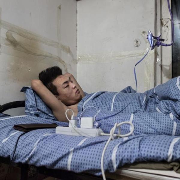 Giá thuê rẻ hơn bất cứ nơi nào khác tại đô thị đắt đỏ như Bắc Kinh khiến cả triệu người nhập cư chấp nhận cuộc sống tạm bợ trong những hầm trú bom cũ