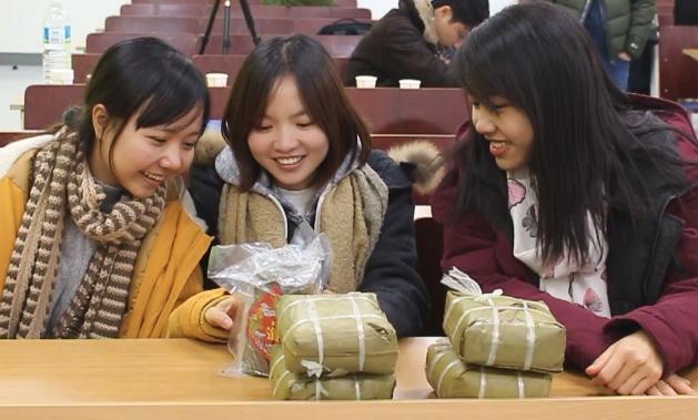 Niềm vui của các du học sinh khi nhận quà Tết