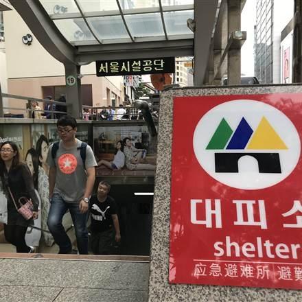 Một trung tâm mua sắm kết hợp hầm trú ẩn đặt dưới lòng đất tại Seoul, Hàn Quốc. (Ảnh: NBC)