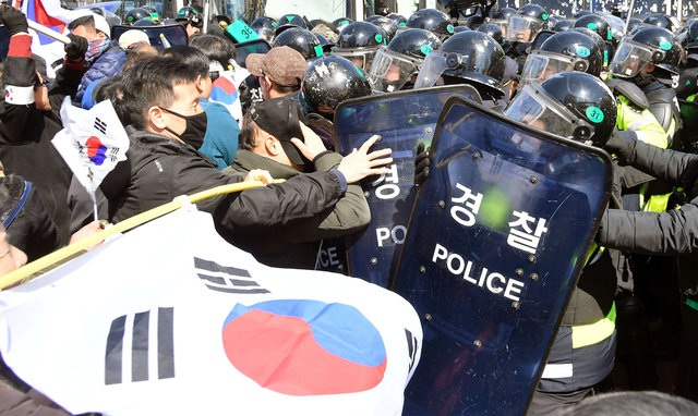 Những người ủng hộ bà Park đụng độ với cảnh sát gần Phủ Tổng thống Hàn Quốc. (Ảnh: Reuters)