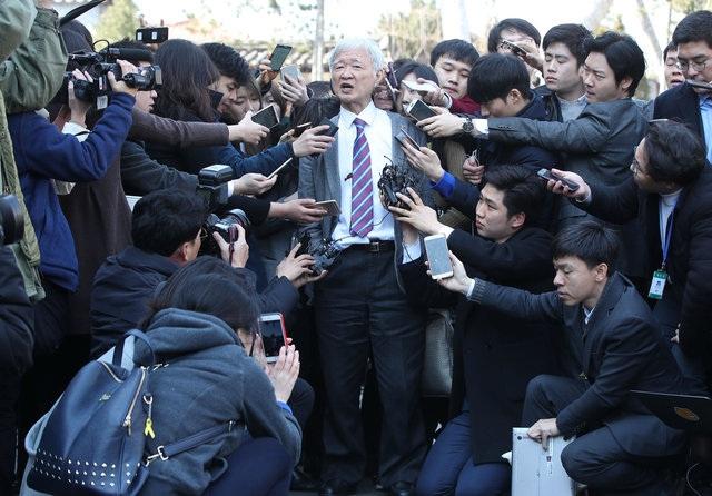 Ông Seo Seok-gu, một luật sư của bà Park, trả lời báo chí sau quyết định của tòa. Ông cho rằng phiên tòa được thực hiện theo cách thức không phù hợp. (Ảnh: Reuters)