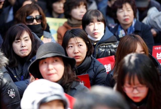 Mọi người tập trung bên ngoài Tòa án Hiến pháp ở thủ đô Seoul để chờ đợi phán quyết. (Ảnh: Reuters)