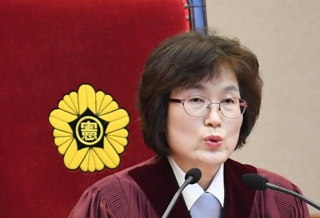 Bà Lee Jung-mi, quyền chánh án Tòa án Hiến pháp, đọc quyết định phế truất bà Park sau khi 8 thẩm phán bỏ phiếu ủng hộ việc này. (Ảnh: Reuters)