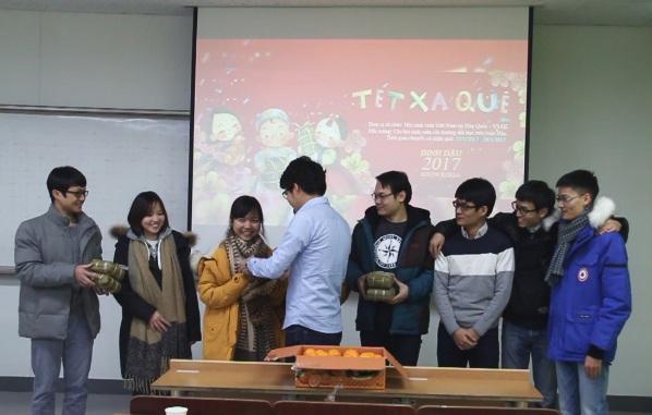 Anh Nguyễn Trung Kiên, phó Chủ tịch VSAK, trao quà cho các du học sinh Hàn Quốc