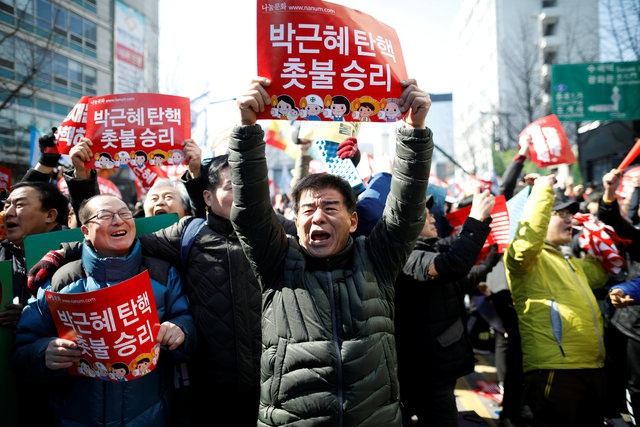 Các cuộc biểu tình đã nổ ra trong nhiều tháng qua để phản đối Tổng thống Park, sau khi bà vướng vào vụ bê bối chính trị liên quan tới một người bạn gái thân thiết, lâu năm của bà - bà Choi Soon-sil. (Ảnh: Reuters)