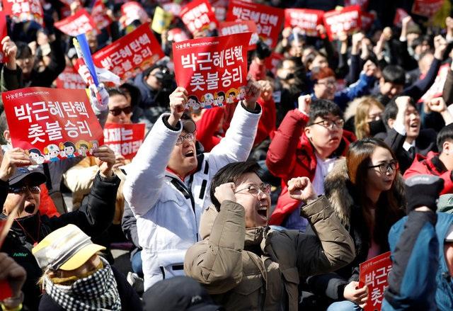Mọi người vui mừng khi quyết định của tòa được công bố. (Ảnh: Reuters)