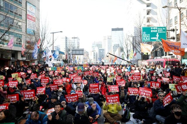 Hàng nghìn người đã đổ ra đường vào sáng nay để chờ đợi quyết định của Tòa án Hiến pháp. (Ảnh: Reuters)