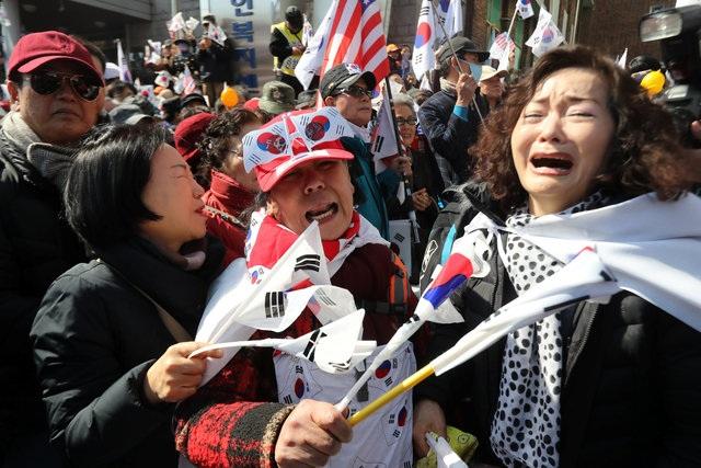 Trong khi nhiều người ăn mừng với quyết định của tòa án, thì những người ủng hộ bà Park bật khóc vì đau buồn. (Ảnh: AFP)