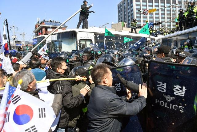 Rất đông cảnh sát đã được triển khai tại thủ đô Seoul vào sáng nay. (Ảnh: Reuters)