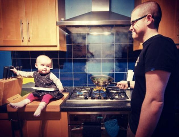 Hannah thậm chí còn được phép nghịch dao trong nhà bếp