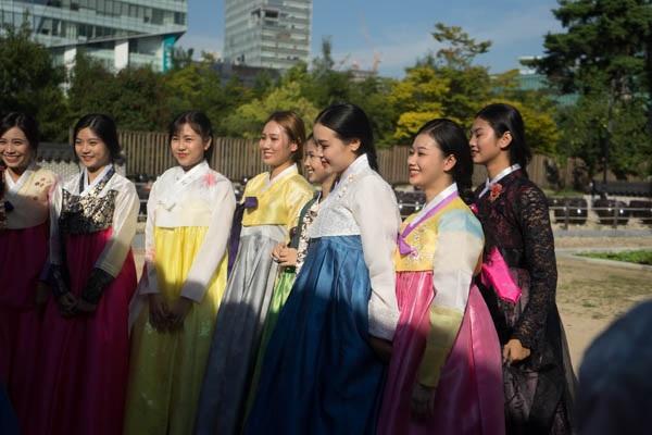 Top 18 Miss Teen chăm chú lắng nghe cô giáo người Hàn hướng dẫn cách mặc hanbok đúng điệu nhất.