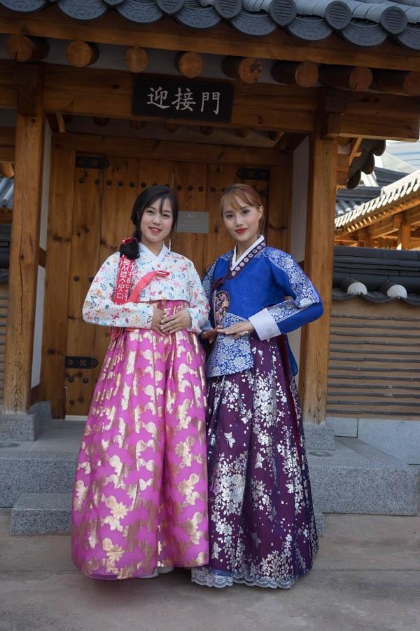 Trà My – Nhật Nguyệt lại thể hiện phong cách sang trọng của tầng lớp quý tộc