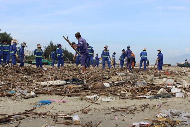 Bãi biển Nguyễn Tất Thành (quận Thanh Khê, TP Đà Nẵng) nhiều ngày nay bị ảnh hưởng nghiêm trọng vì hàng chục tấn rác thải từ vịnh Đà Nẵng tấp vào bờ. Bờ biển ngập ngụa trong rác thải gây ô nhiễm, mất cảnh quan, phản cảm, khiến cho người dân vô cùng bức xúc.