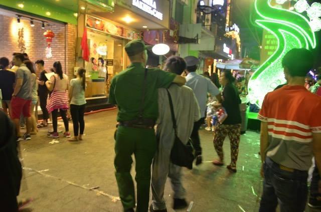 Nhiều người bán hàng rong tháo chạy làm náo loạn đường hoa khi thấy lực lượng đô thị xuất hiện, trong đó có 2 người bị tịch thu hàng hoá.