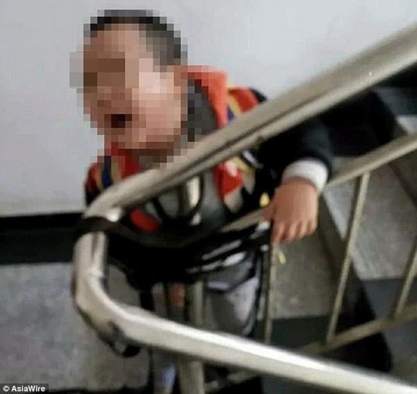 Mẹ cột con 3 tuổi vào cầu thang vì chồng không gửi tiền khiến dân mạng phẫn nộ - 1