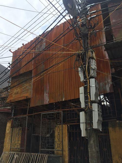 Cây cột điện nằm ngay sát xưởng sản xuất và nhà dân trong vụ hoả hoạn kinh hoàng.