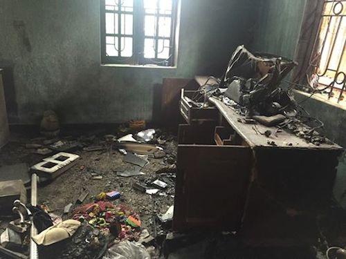 Hiện trường tan hoang sau vụ cháy nhưng may mắn người già và bà bầu đã kịp thoát thân nên không có thiệt hại về người.