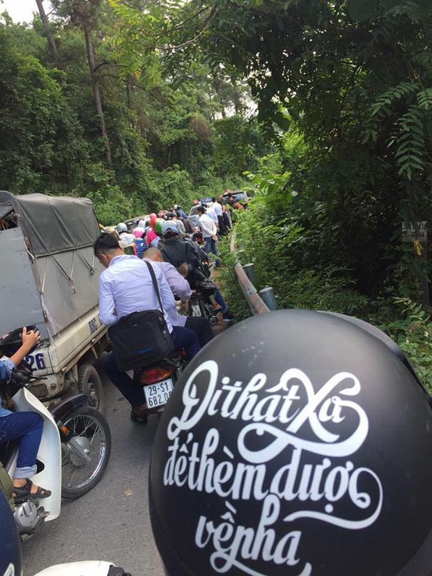 Đây là điểm du lịch nằm không xa trung tâm Thủ đô Hà Nội, khí hậu lại mát mẻ, dễ chịu nên hầu như vào các dịp nghỉ lễ, địa điểm này luôn xảy ra tình trạng ùn tắc, kéo dài, đặc biệt tại các đoạn đường cua bị thu hẹp. Ảnh: Otofun