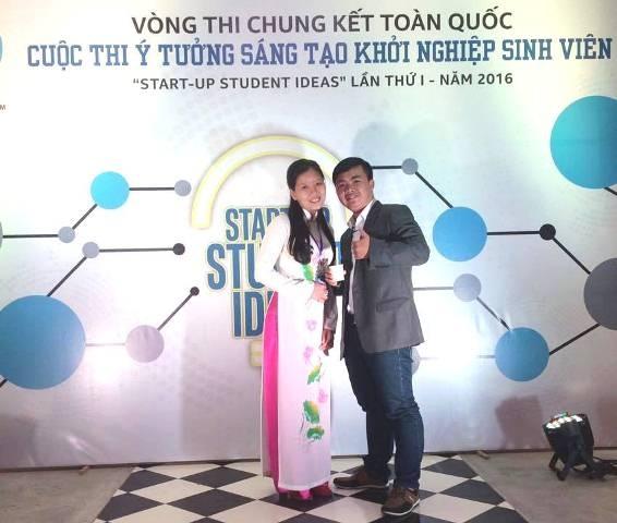 Hai em Hào (bên phải) và Mức tại cuộc thi ý tưởng sáng tạo khởi nghiệp sinh viên toàn quốc năm 2016