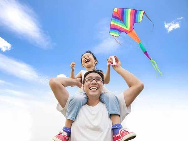 Người cha dành thời gian bên con khi con còn nhỏ thì tình cảm cha con sẽ được vun đắp… (Ảnh minh họa)