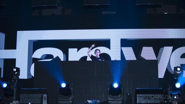 """DJ Top 3 thế giới Hardwell khen """"khán giả Việt Nam tuyệt vời nhất thế giới"""". Trong lần thứ hai tới Việt Nam biểu diễn, tại sân vận động quốc gia Mỹ Đình (Hà Nội), Hardwell đã mang tới những set nhạc mới nhất do chính anh sáng tác và sản xuất dành riêng cho khán giả Việt Nam."""