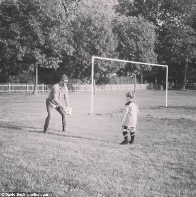 David Beckham đang dạy cô con gái 6 tuổi, Harper, đá bóng.
