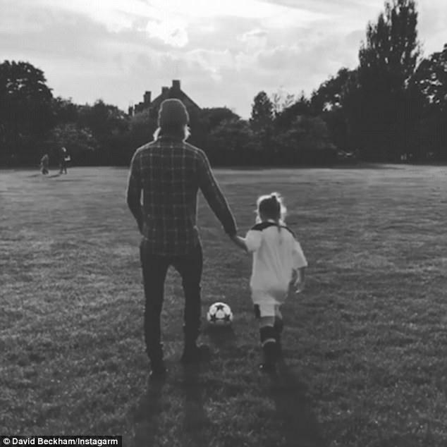 Thú vị khi xem David Beckham dạy con gái út đá bóng - 2