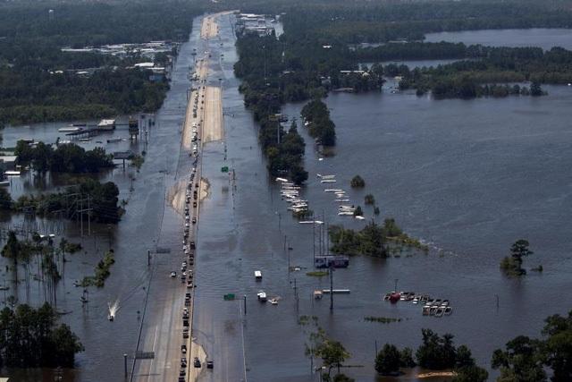 Những tuyến đường và cơ sở vật chất hư hỏng nặng sau siêu bão (Ảnh: Reuters)