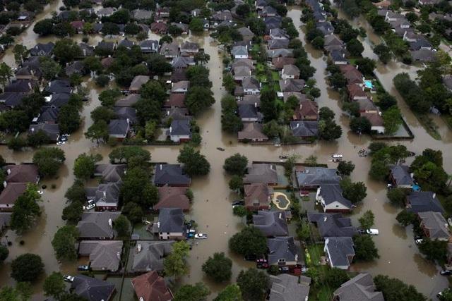 Các ngôi nhà ở bang Texas bị hư hại nghiêm trọng sau siêu bão (Ảnh: Reuters)