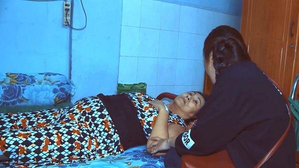 Hoàn cảnh đáng thương của nghệ sỹ Hoàng Lan khiến cô gái 18 tuổi tham gia thi hát để kiếm tiền giúp đỡ. Ảnh: NSX.