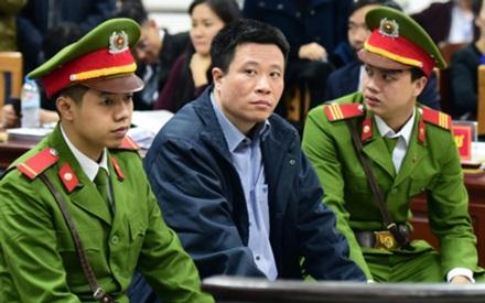 Hai cựu Chủ tịch ngân hàng Hà Văn Thắm, Phạm Công Danh cùng hầu toà - 1