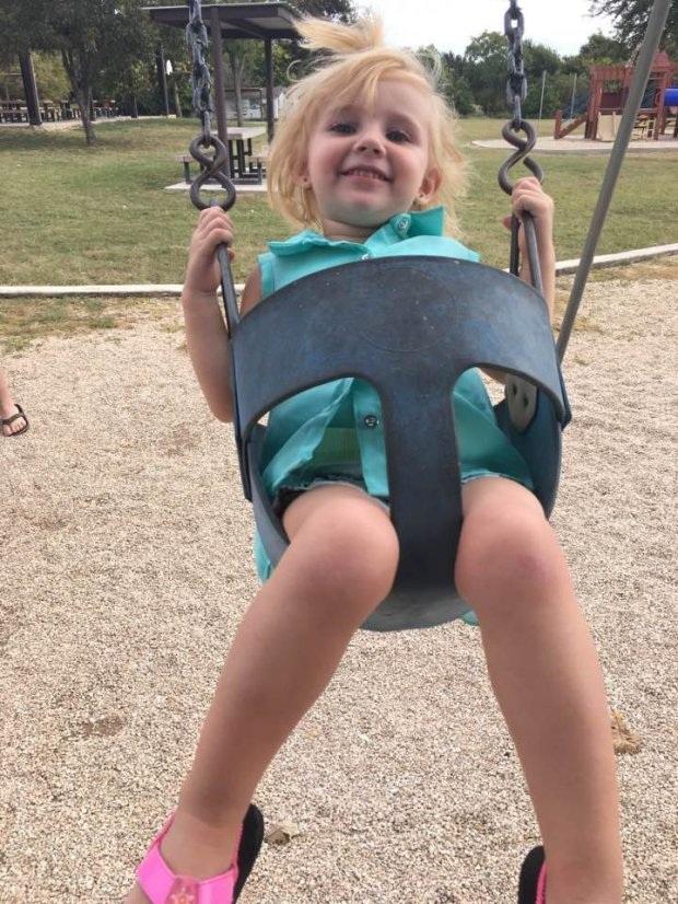 Bé Addyson 2 tuổi bị mẹ bỏ trong ô tô nóng hơn 33 độ C