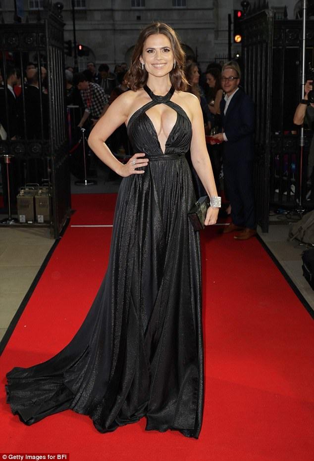 Hayley Atwell diện váy xẻ sâu táo bạo dự LHP London ngày 14/10 vừa qua