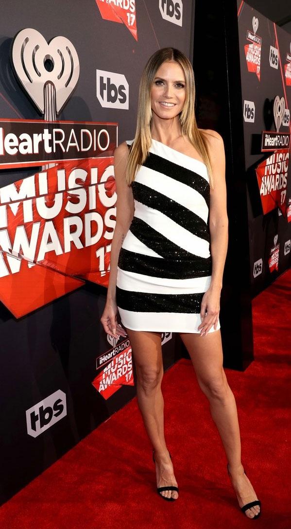 Siêu mẫu Heidi Klum khoe chân thon.