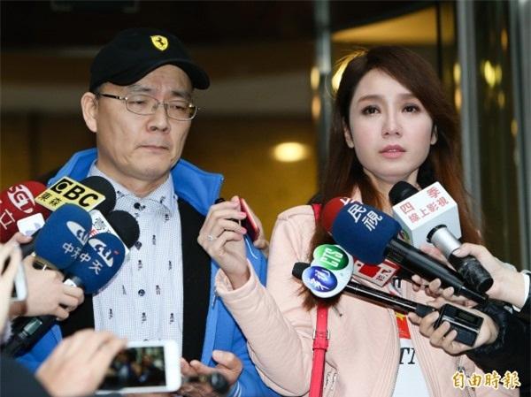 Helen Thanh Đào và chồng, Đới Phát Khuê, trong cuộc họp báo gây sốc ngày 8/1 tại Đài Loan.
