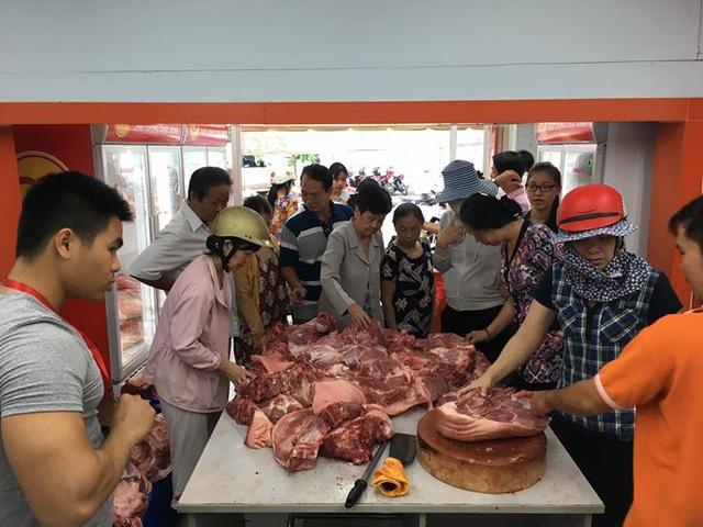 Thịt heo đang ế vì không có thương lái mua, người dân phải tổ chức giải cứu