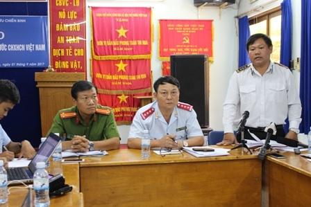 Chi cục trưởng bị điều chuyển công tác, ông Huỳnh Tấn Phát - Chi cục phó (người đứng) bị cảnh cáo