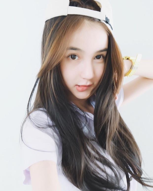 Yoshi thổ lộ, cô luôn ao ước được trở thành con gái từ khi 15 tuổi, đặc biệt là khi cô trưởng thành trong môi trường toàn phụ nữ.