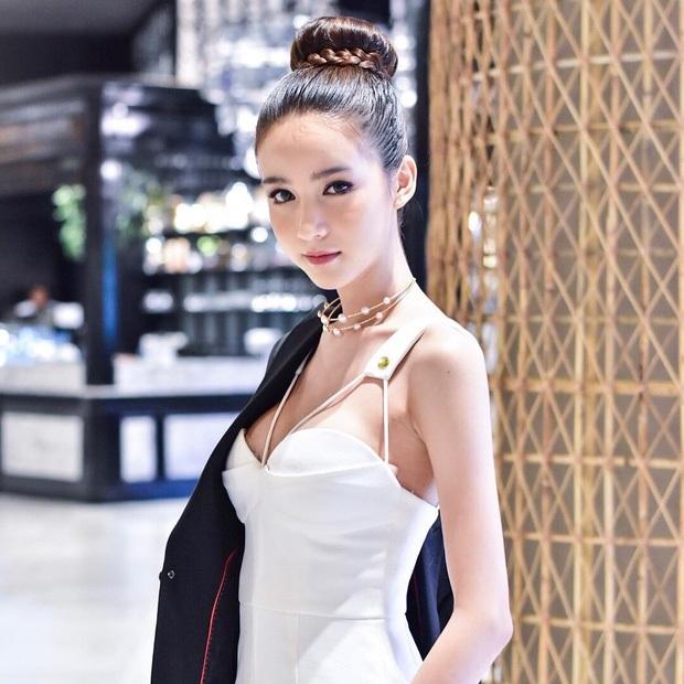 """Yoshi Rinrada Thurapan được truyền thông Thái Lan gọi là """"thiên thần"""". Có thông tin cho rằng, vẻ đẹp của cô là nhờ dao kéo thẩm mỹ và người đẹp 20 tuổi thừa nhận cô từng phẫu thuật nâng ngực, sửa môi. Những đường nét còn lại là hoàn toàn tự nhiên."""