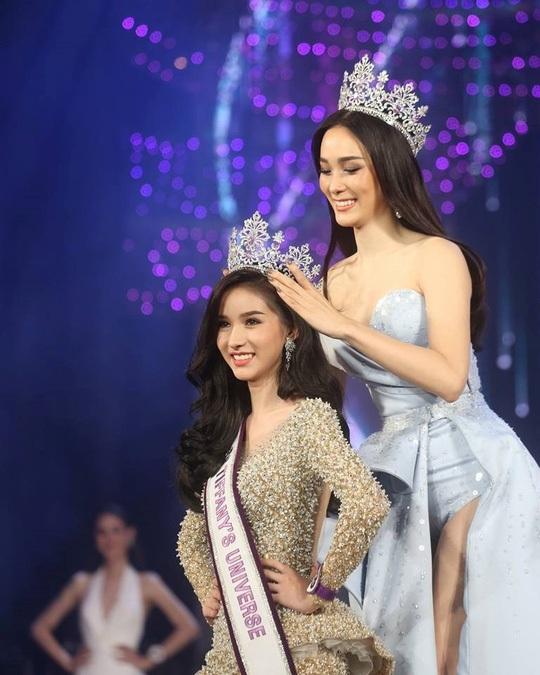 Yoshi Rinrada Thurapan trở thành Hoa hậu chuyển giới Thái Lan năm 2017 trong đêm chung kết diễn ra vào tối 25/8.