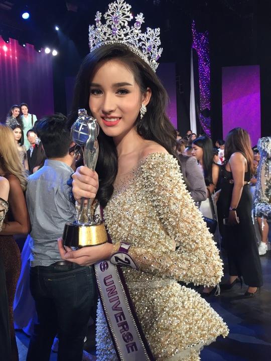 Trước khi đến với cuộc thi Hoa hậu chuyển giới Thái Lan 2017, Yoshi Rinrada Thurapan đã là một hotgirl trên mạng xã hội tại Thái Lan.