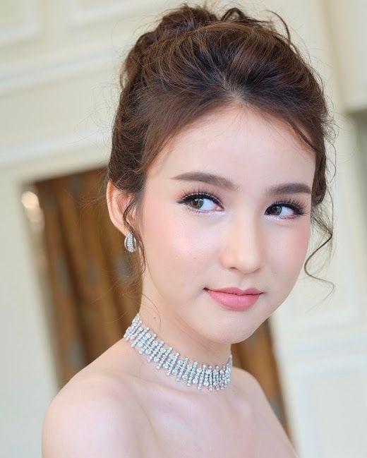 Những hình ảnh nóng bỏng và xinh đẹp của Yoshi Rinrada Thurapan tràn ngập trên các tạp chí thời trang của Thái Lan.