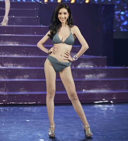 Yoshi Rinrada Thurapan trình diễn áo tắm trong đêm chung kết cuộc thi Hoa hậu chuyển giới Thái Lan 2017.
