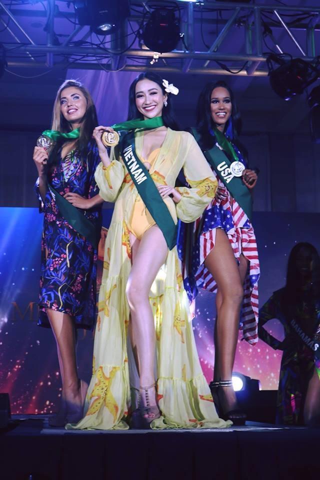 Hà Thu giành huy chương vàng phần thi Trình diễn trang phục biển.