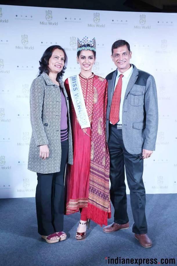Cha mẹ ruột của Manushi Chhillar rất tự hào về cô con gái xinh đẹp của mình.