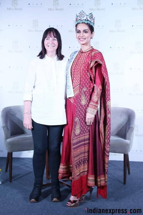 Manushi Chhillar chụp hình kỷ niệm cùng bà Julia Morley, giám đốc của tổ chức Hoa hậu Thế giới, trong buổi họp báo tại New Dehli, tháng 11/2017.
