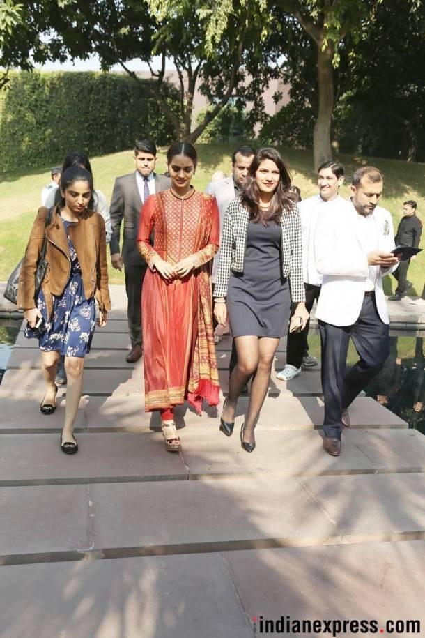 Manushi Chhillar trở về New Dehli và nhanh chóng thu hút sự chú ý của truyền thông. Người đẹp 20 tuổi đăng quang nhờ câu trả lời ứng xử xuất sắc cùng dự án từ thiện rất ấn tượng. Cô cũng là một trong 5 thí sinh nhận giải Hoa hậu Nhân Ái tại Hoa hậu Thế giới 2017.