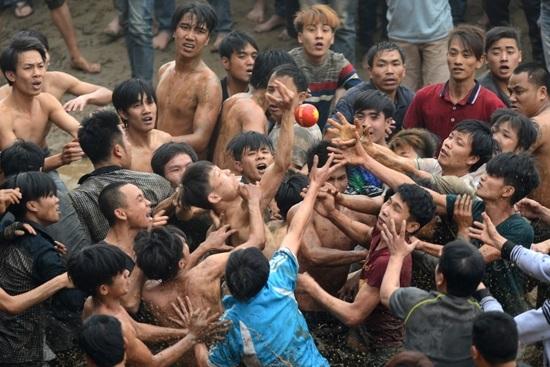 Bên cạnh yếu tố mang tính bạo lực thì ở một số lễ hội vẫn còn để xảy ra các hiệu tượng mang tính phản cảm trong lễ hội... Ảnh minh hoạ.