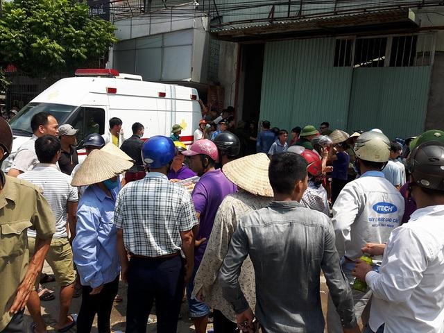 Người dân tập trung rất đông gần hiện trường vụ cháy.