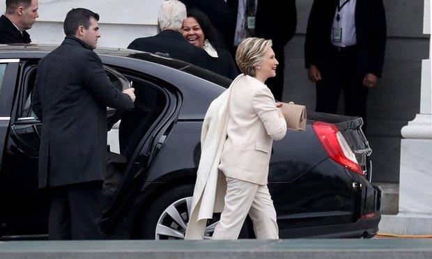 Bà Clinton mặc một bộ đồ trắng giống như trong lần tranh luận cuối cùng với ông Trump khi xuất hiện tại lễ nhậm chức. (Ảnh: Getty)